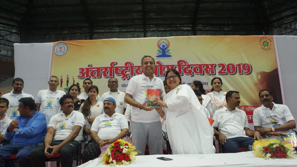 बिलासपुर, टिकरापारा - पांचवे अंतर्राष्ट्रीय योग दिवस के अवसर पर बिलासपुर जिला प्रशासन ने मंजू दीदी को योग संचालन के लिए किया आमंत्रित